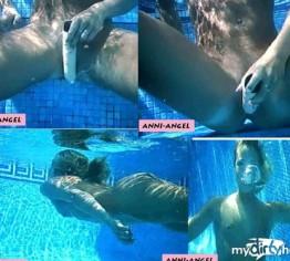 Unterwasser Dildoshow !!